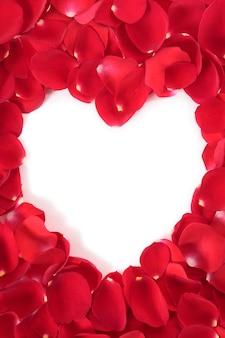 Cornice a forma di cuore con petali di rose rosse