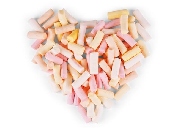 Marshmallow a forma di cuore con sfondo bianco
