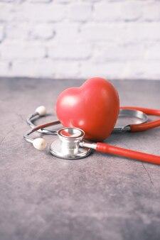 Simbolo a forma di cuore e stetoscopio sul tavolo