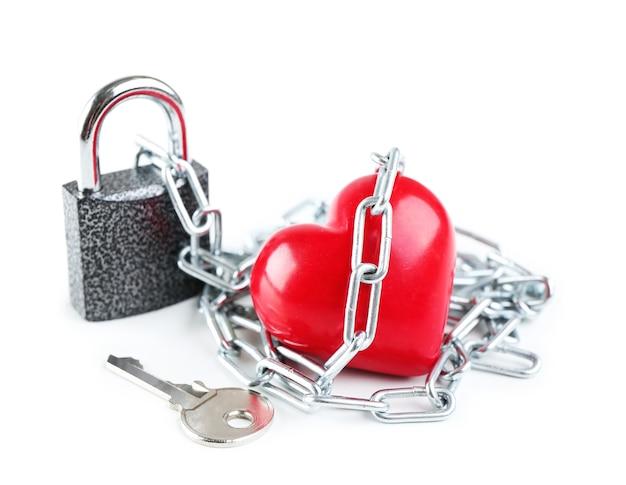 A forma di cuore con catena in metallo isolato su bianco