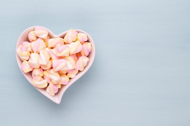 Una ciotola a forma di cuore piena di marshmallow