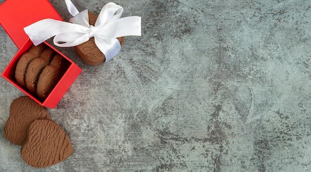 Biscotti a forma di cuore in una confezione regalo rossa, vista dall'alto