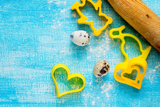 Biscotti a forma di cuore su un tavolo in legno e uova di quaglia, fuoco selettivo.