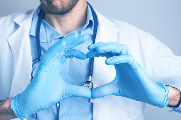 Mano a forma di cuore in guanti medicali