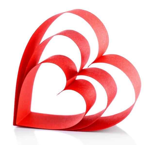 Nastro di carta rosso a forma di cuore isolato su bianco