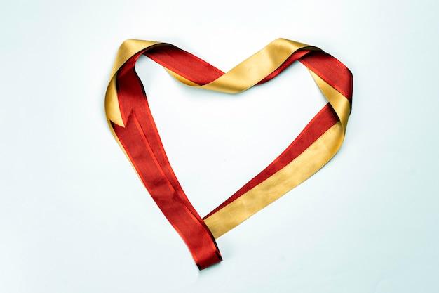 Nastro di raso rosso a forma di cuore