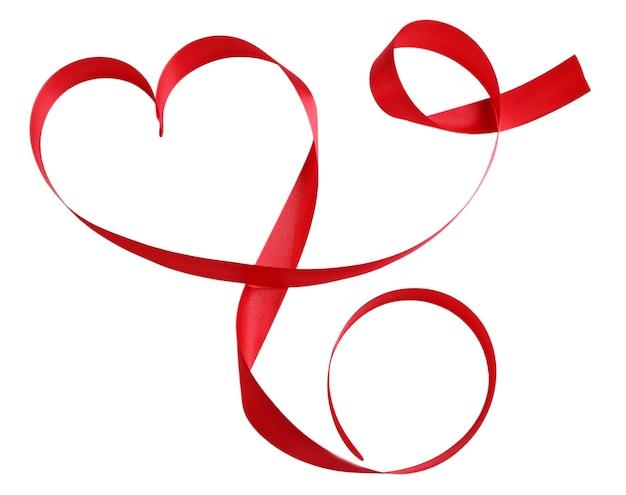 Nastro di raso rosso lucido a forma di cuore isolato su bianco