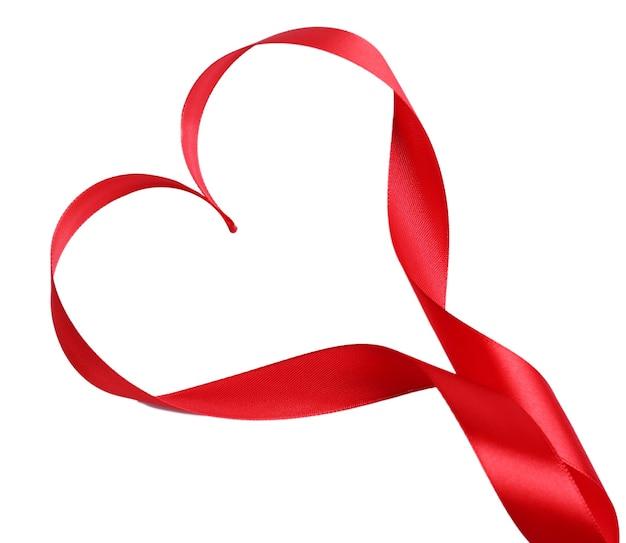 Nastro di raso rosso lucido a forma di cuore isolato