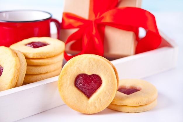 Biscotti linzer tradizionali a forma di cuore con marmellata di fragole