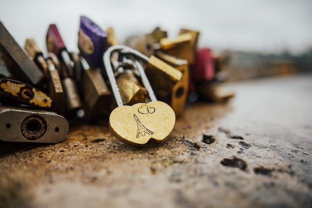 Serratura vintage a forma di cuore a parigi, francia. Foto Premium