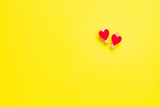 Forme di cuore nel concetto di sfondo giallo, amore e san valentino