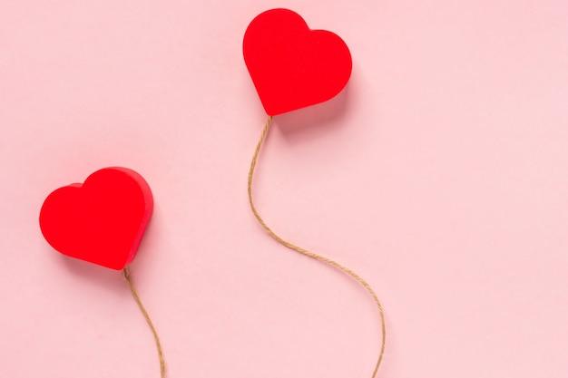 Cuore su una stringa su uno sfondo rosa sfondo minimalista per san valentino