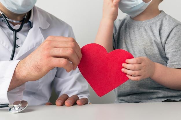 Supporto cardiaco. uomo e bambino che tengono insieme il cuore.