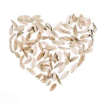 Simbolo del cuore fatto di foglie secche