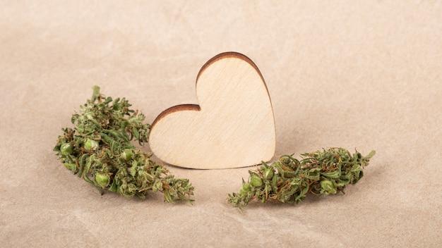 Cuore di san valentino con boccioli di cannabis simbolo di amore biglietto di auguri per gli amanti della marijuana