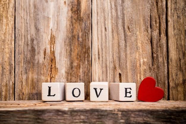 Cuore e blocchi di legno con la parola amore