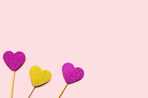 Cuori su un bastoncino di colori viola e oro.
