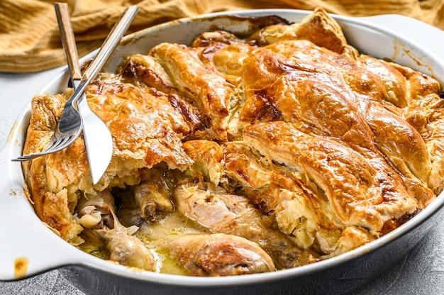 Torta di pollo fatta in casa abbondante con piselli e carote