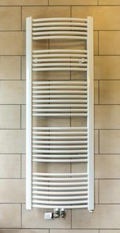 Portasciugamani riscaldato in primo piano del bagno dell'hotel, turismo in europa. mobili da motel europei per l'igiene personale, appartamento per il tempo libero confortevole, nessuno