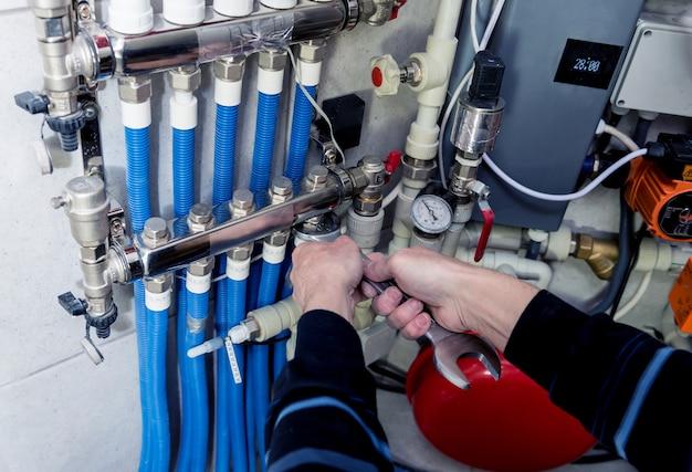 Ingegnere del riscaldamento che installa il sistema di riscaldamento moderno nel locale caldaie. centralina automatica