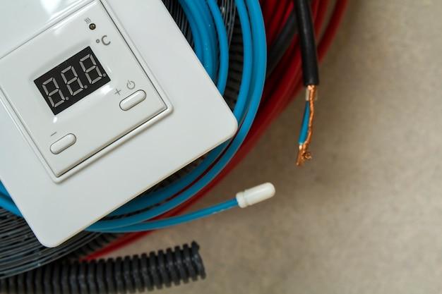 Fili, cavi e pannello di controllo del sistema di riscaldamento a pavimento