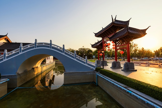 Heaven dragon shrine park al tramonto, suphanburi