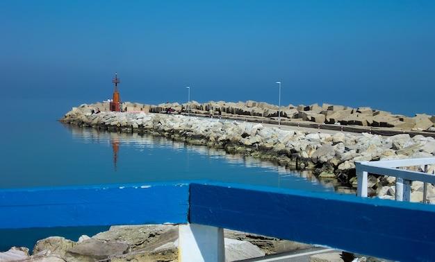 Vista celeste del molo del porto di giulianova in abruzzo italia. un paesaggio mistico in cui la linea orrizzontre tra cielo e mare si fonde in uno spettacolo unico.