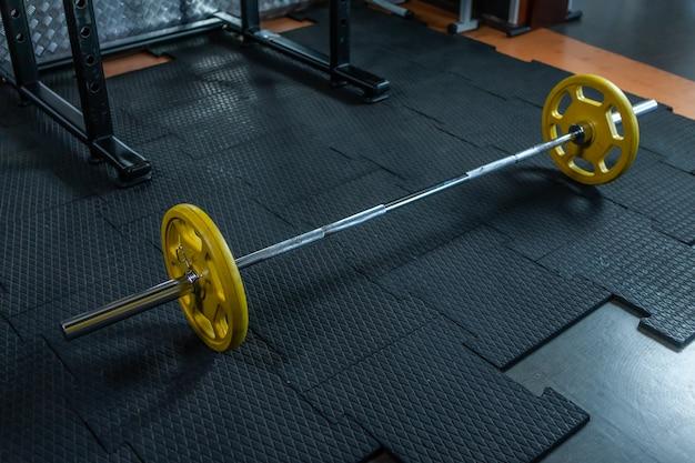 Bilanciere pesante in palestra. allenamento con i pesi gratis