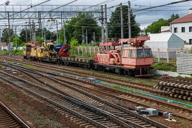Veicoli da carico pesante sui binari della ferrovia. vista dall'alto.