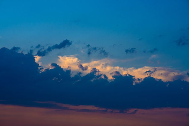 Cielo nuvoloso pesante al tramonto. un paesaggio di splendida natura.