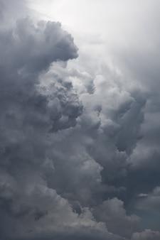 Nuvole di tempesta scure pesanti prima della pioggia le nuvole drammatiche diventano grigio scuro prima della pioggia