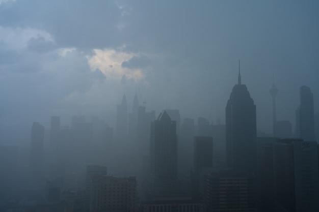 Paesaggio di nebbia pesante del centro città di kuala lumpur