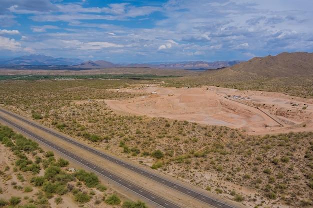Industria pesante come estrazione mineraria dall'alto vista aerea dell'escavatore in miniera a cielo aperto nel deserto dell'arizona