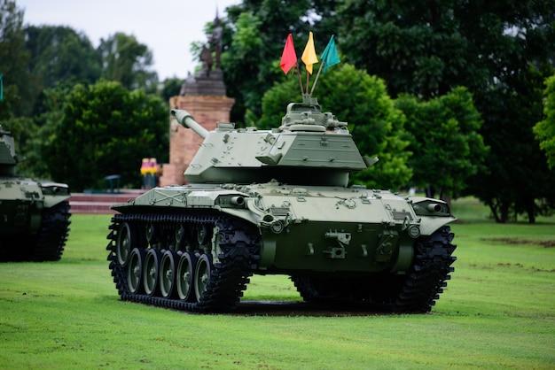 Carro armato militare pesante parcheggiato sull'erba