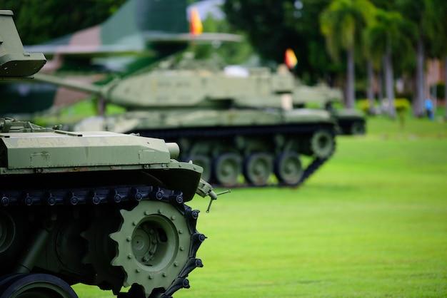 Carro armato pesante parcheggiato sull'erba