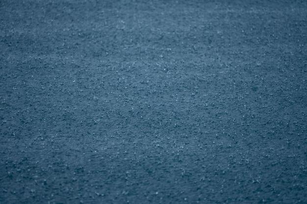 Gocce d'acqua piovana sulla superficie dell'acqua