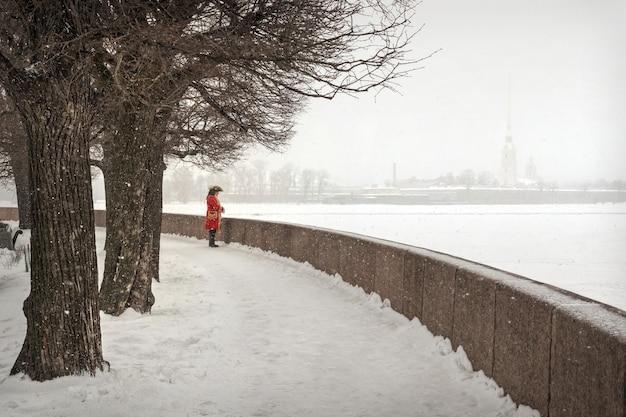 Forte nevicata sulla fortezza di pietro e paolo e pietro è in pensiero a san pietroburgo