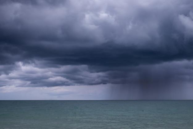 La pioggia pesante precipita nel mare.