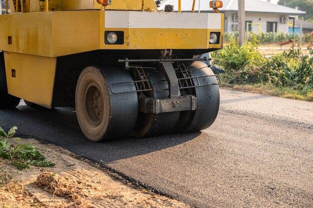 Rullo compressore giallo a vibrazione pesante o compattatore di terreno in funzione