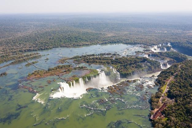 Vista in elicottero dal parco nazionale delle cascate di iguazu, argentina. sito del patrimonio mondiale. viaggio avventura in sud america