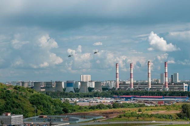 Elicotteri sopra la città nella zona industriale alla periferia di mosca