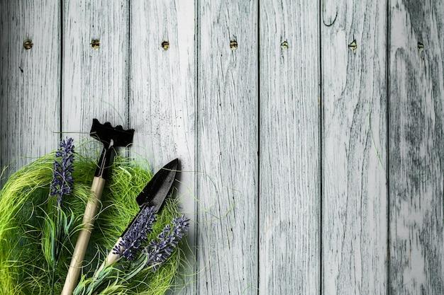 Ciao primavera. sfondo di composizione di primavera, carta da parati. attrezzatura per piantare, preparazione. strumenti e fiori. foto di alta qualità