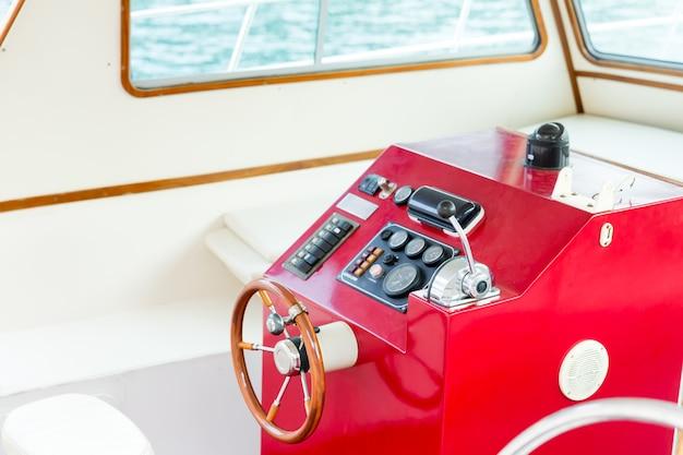 Il timone di uno yacht di lusso