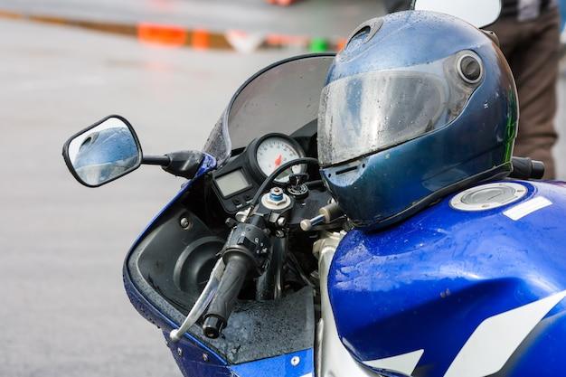 Casco su una moto sotto la pioggia