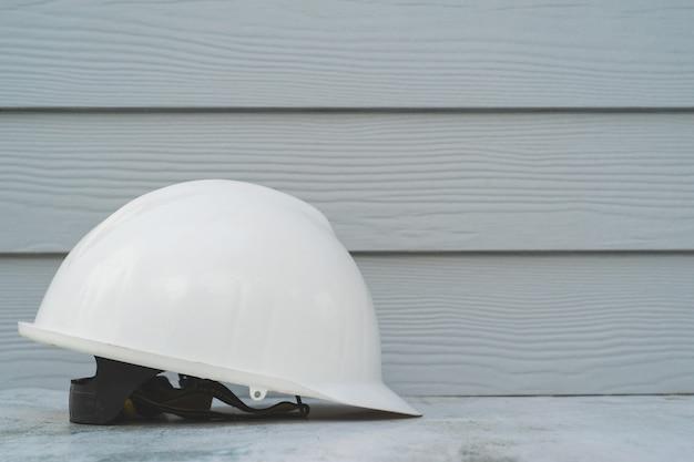 Sicurezza del casco su pavimento in cemento.