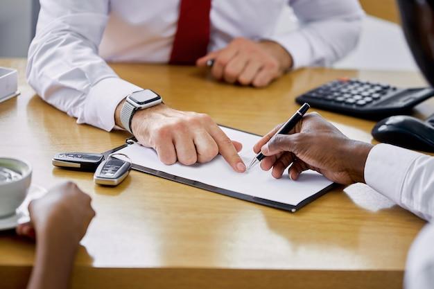 Il gestore disponibile della concessionaria fornisce le informazioni e le istruzioni necessarie ai clienti