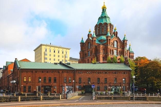 Helsinki, finlandia - 5 ottobre 2019: chiesa cattedrale ortodossa uspenski nel quartiere katajanokka della città vecchia di helsinki, finlandia