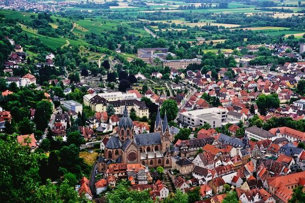 Centro storico di heppenheim circondato da boschi e visto dal castello della città