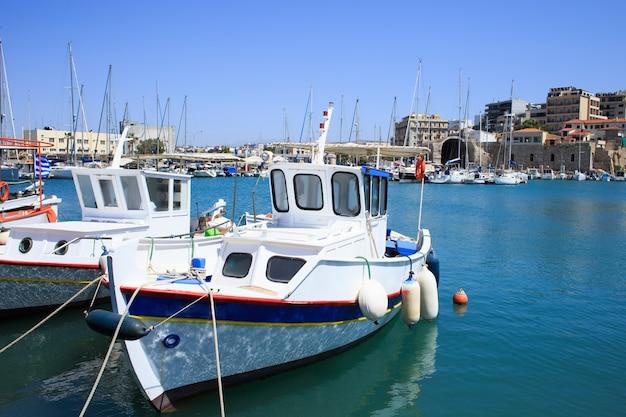 Porto di heraklion e porto veneziano nell'isola di creta, grecia.