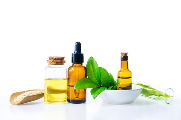 Olio alle erbe naturali per aromaterapia, medicina alternativa per la salute e il benessere